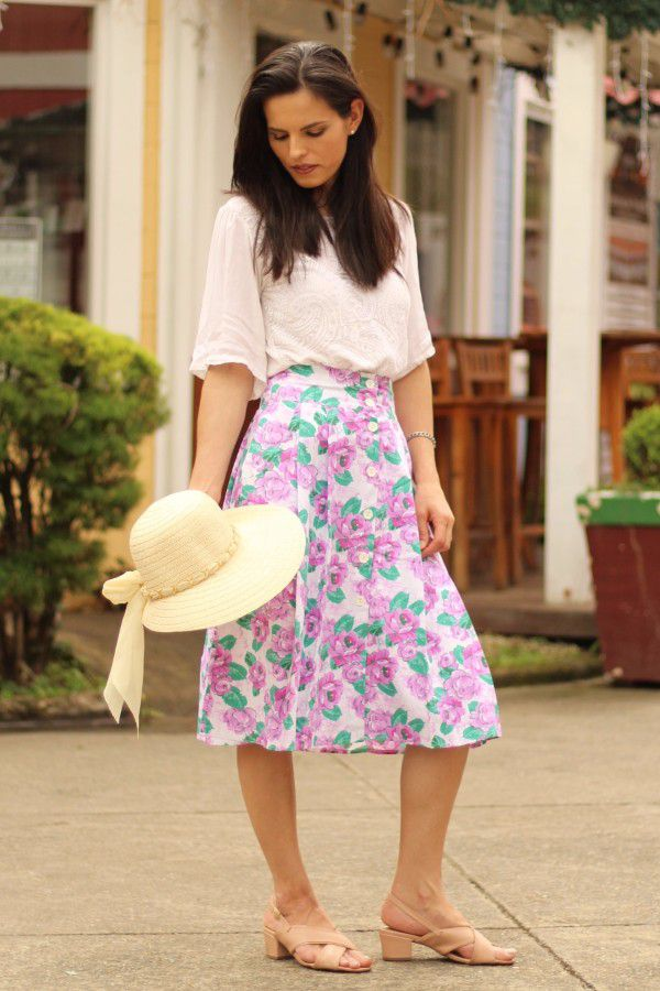 Saia midi de pregas branca flores lilás botões e bolsos