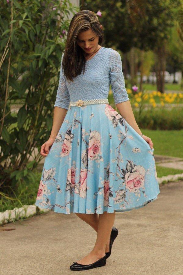 Vestido midi godê total azul claro de renda com rosas
