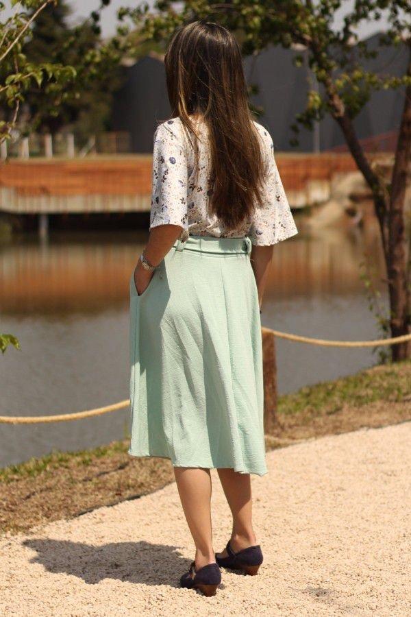 Saia midi godê verde claro com cinto e bolsos