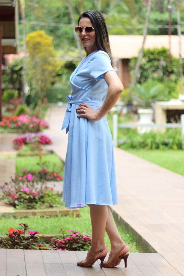 Vestido midi evasê transpassado azul claro